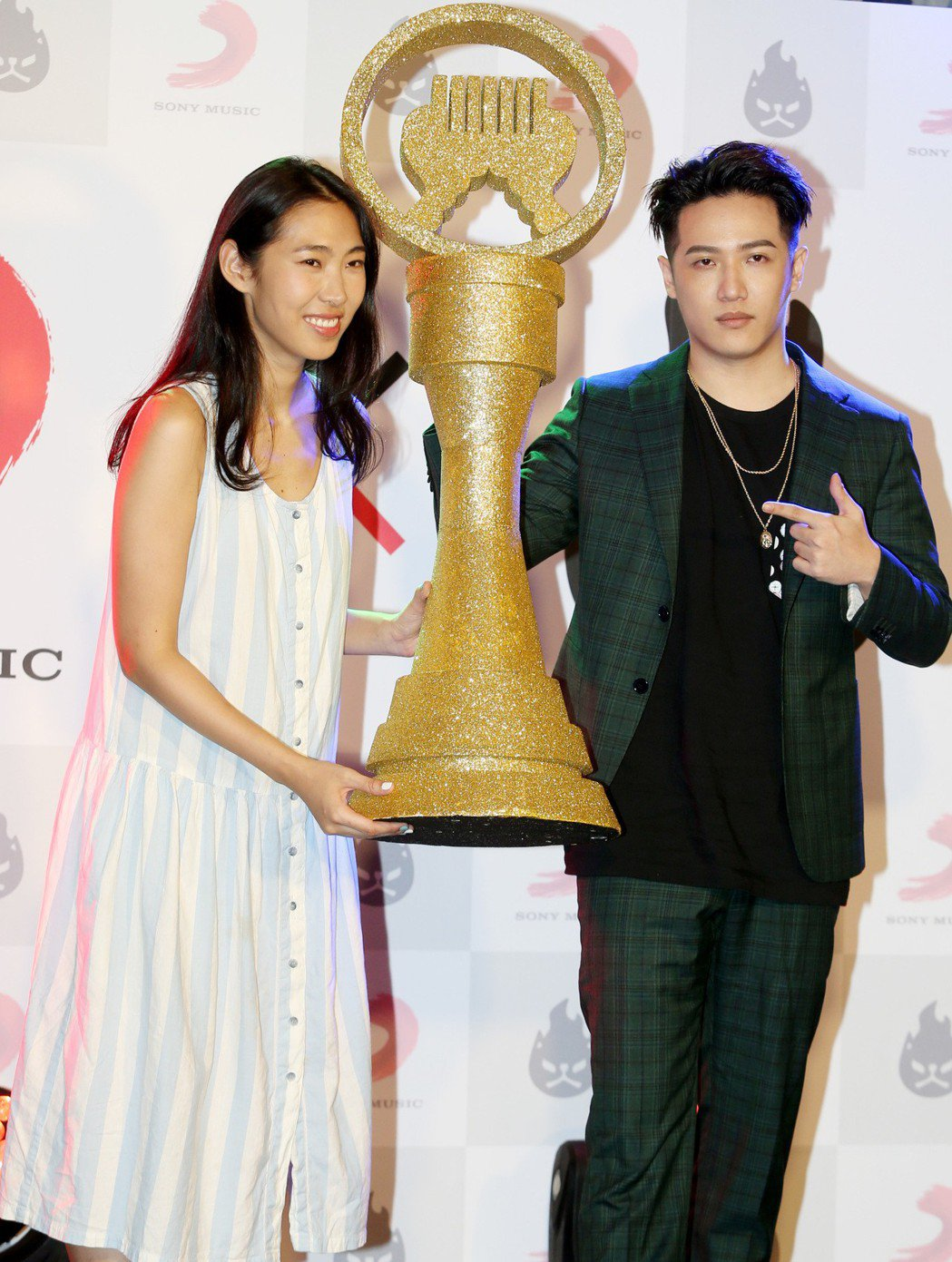 熊仔(右)與索尼音樂共創品牌「能火」,師姐王若琳昨致贈金曲獎杯模型道賀。記者侯永...