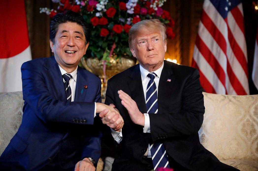 日相安倍晉三(左)近來也學美國總統川普(右),以國安為由對南韓展開貿易戰。(美聯...