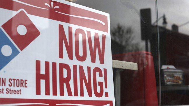 美國勞動市場熱絡卻未能推升通膨率,已引發各界對菲力普曲線的討論。圖/美聯社