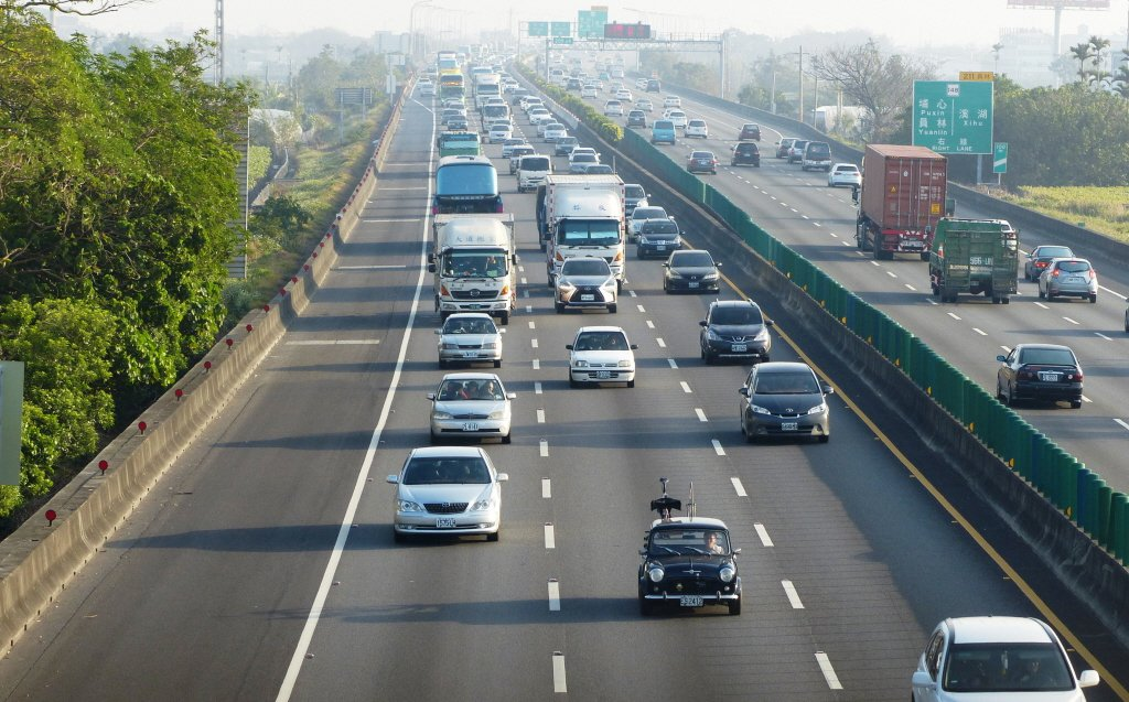 裁決處提醒,駕駛人變換車道應依規定使用方向燈。聯合報系資料照