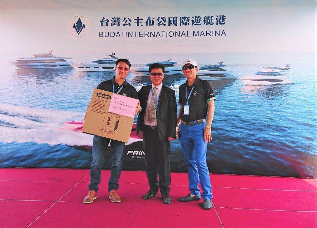 Maserati家族車隊贈送禮品給台灣公主遊艇董事長游本宏(中間)。莊智強/攝影