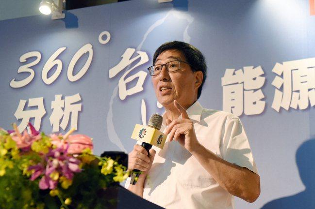 中研院及美國國家工程院院士、香港城市大學校長郭位以「360度分析台灣能源環保」為...