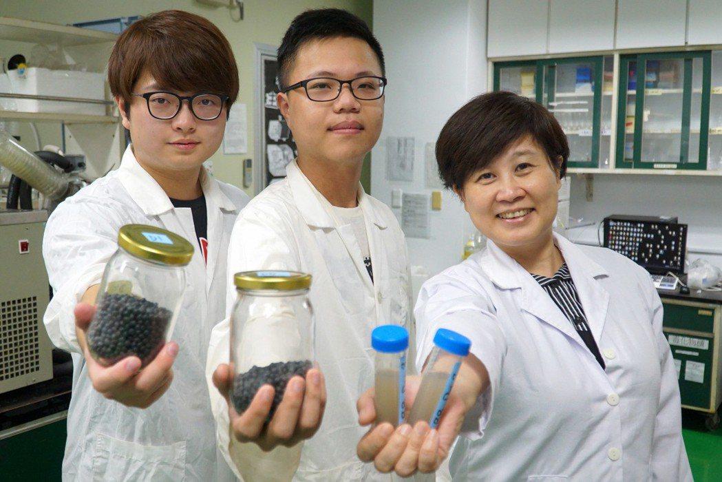 食生系宋祖瑩教授(右)指導學生李道昱(左)、粘彥齊(中)進行黑豆與樹豆的比較。 ...