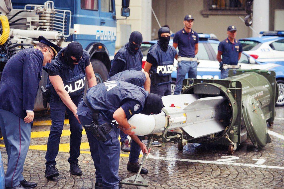 在破案公告的官方影片中,DIGOS的特警隊就在杜林街上,把飛彈從彈箱中「拖出來展...