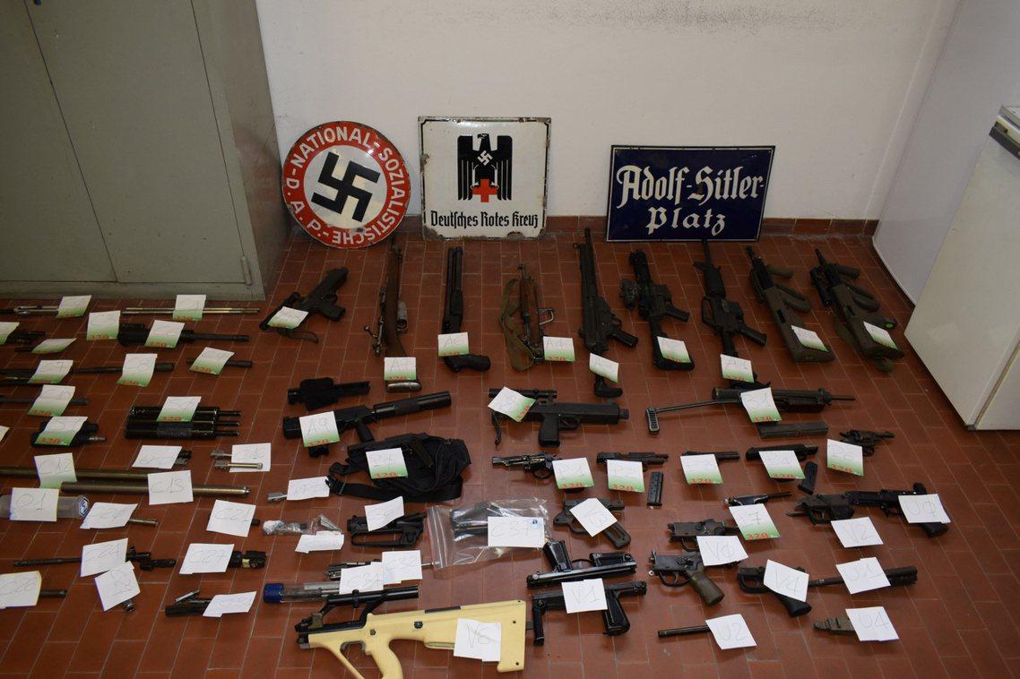 「特警的行動非常成功,我們查獲了26支長短槍械、20把刺刀、306組槍枝零件、8...