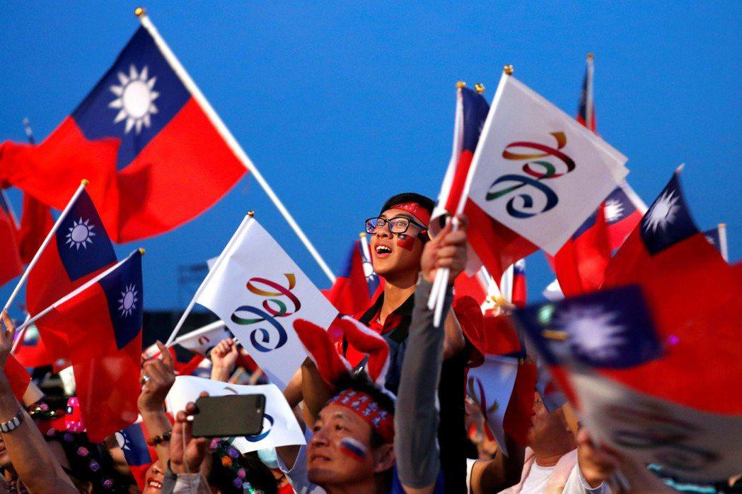 韓國瑜成功地創造了一個民主問責與經濟規律均不適用的平行世界,塑造出自成一格的韓粉。 圖/路透社