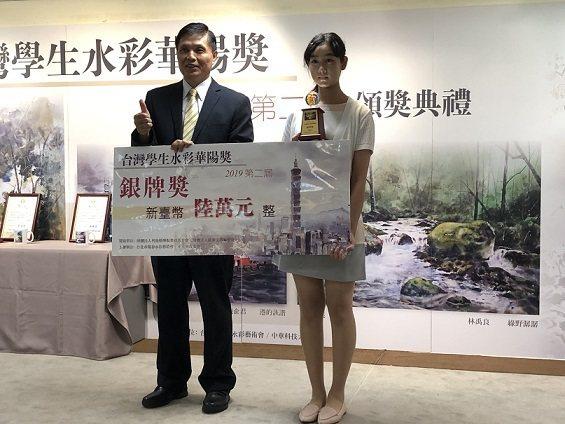 中華科大校長郭承亮(左)頒發獎座和獎金給銀牌獎得主陳俞君。 邱四珍/攝影