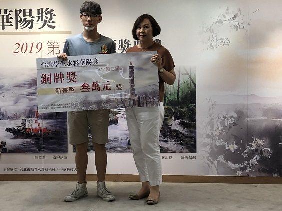 威可國際廣告總經理張惠蘭(右)頒發獎座和獎金給銅牌獎得主林禹良。 邱四珍/攝影