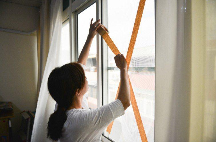 貼十字膠帶防颱存在安全疑慮。 王牌全天候氣密窗/提供