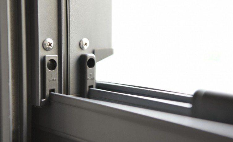 加裝強化組件避免窗戶變形。 王牌全天候氣密窗/提供