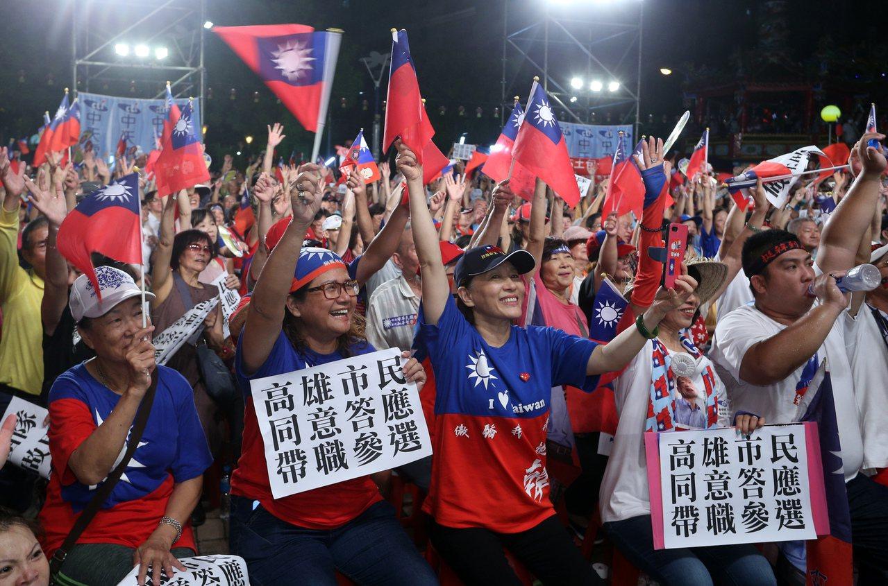 高雄市長韓國瑜日前參加電視台直播節目,台下民眾直喊總統好,還手持「高雄市民同意答...