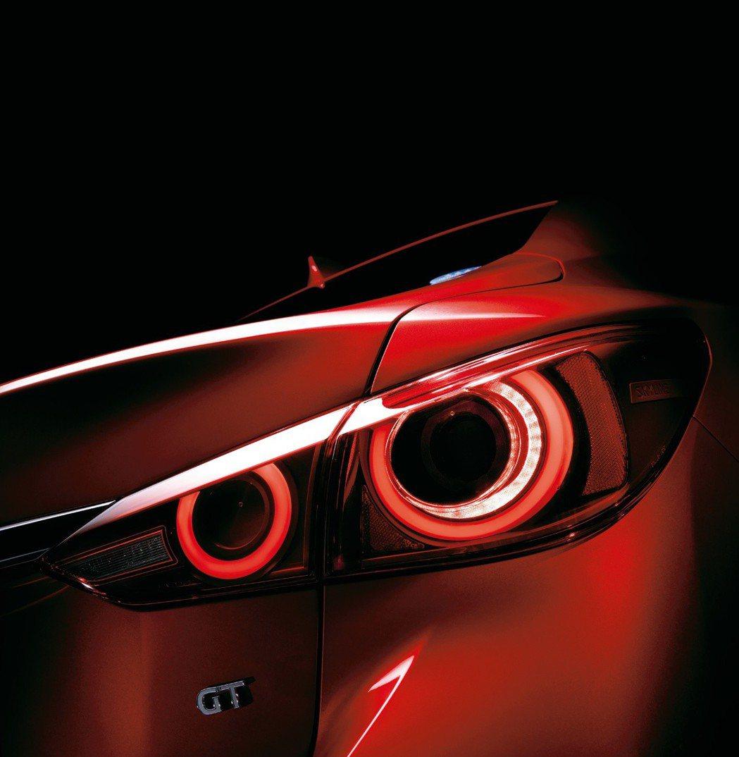 Nissan Skyline車系標誌性的四圓尾燈也重新回歸,並採用LED光源。 ...
