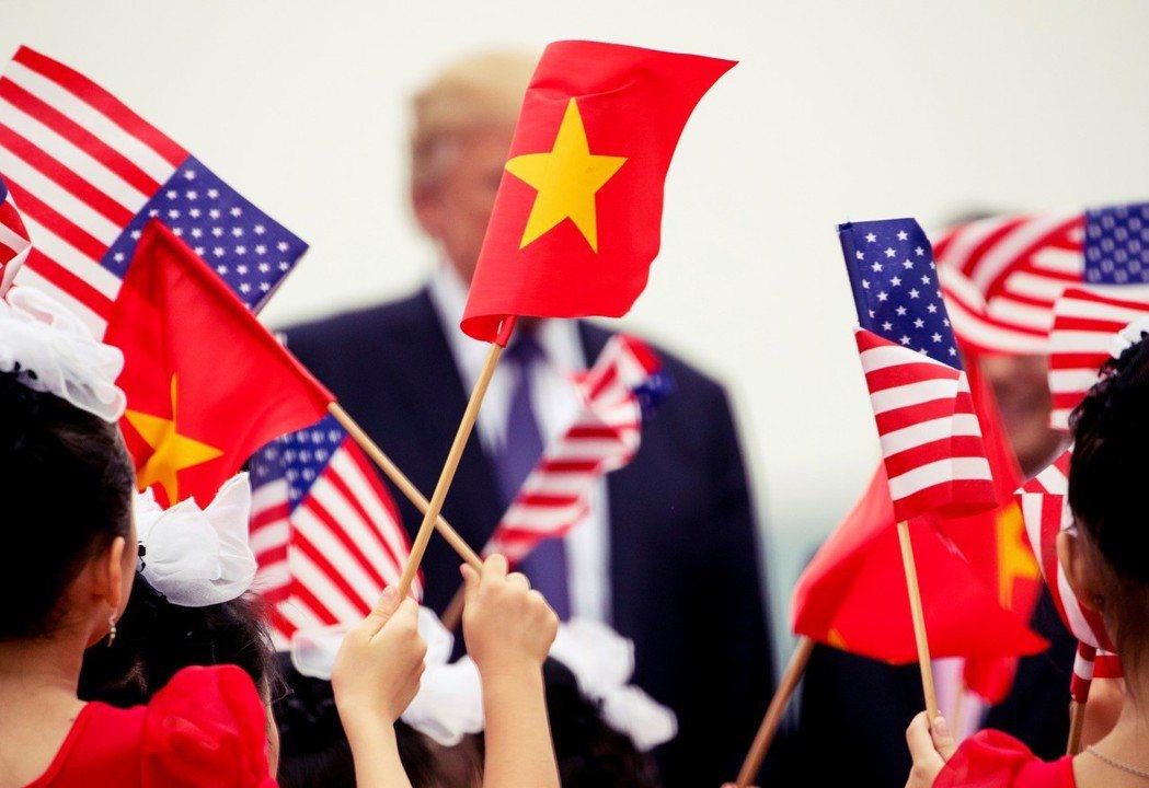 川普表示有許多公司轉移到越南,讓越南利用此點占美國的便宜,甚至「比中國更糟」,揚...