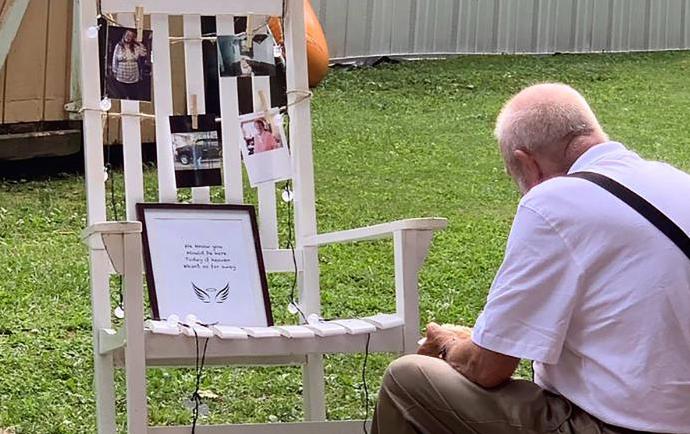 當新娘和賓客吃飯時,突然看到祖父一人坐在那張椅子前面,和祖母的照片一起吃飯,讓她...