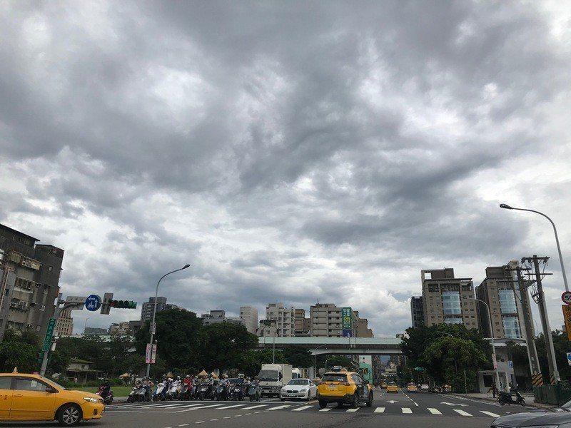 氣象局預估,18日及19日是「準」颱風最接近台灣的時候。(Photo by 吳婉...