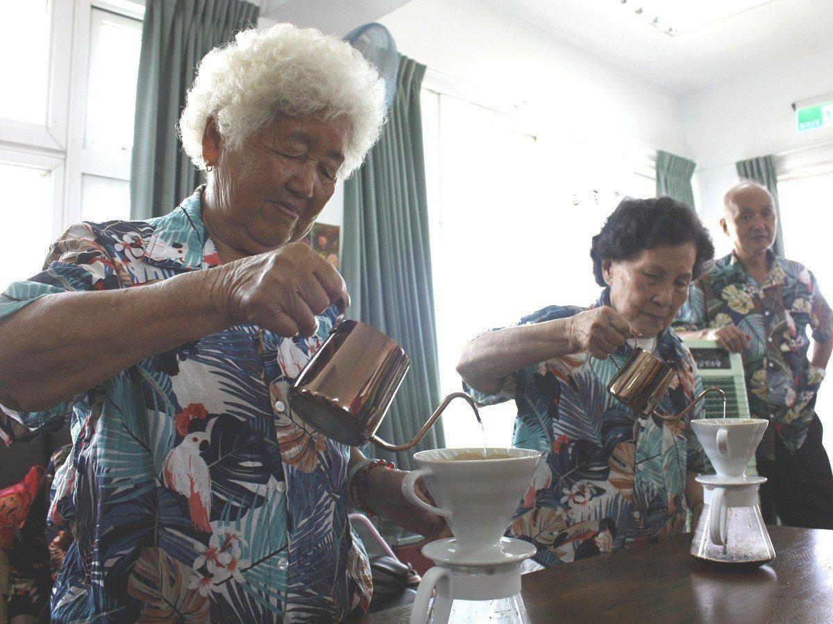 金山老人會拜訪福隆公共托老據點,超過八旬的阿嬤展現絕活,以手沖咖啡方式來招待貴賓...