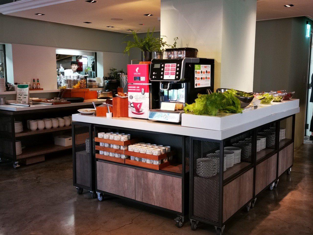Port23的自助餐檯,提供有機生菜沙拉、甜點、湯品、輕食等多項菜色,讓客人除了...