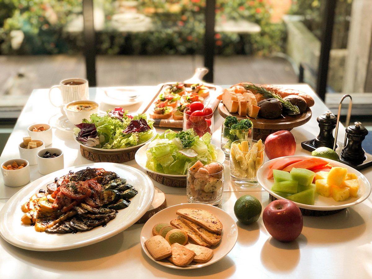 平日午間任選主餐,只要420元起即加贈繽紛沙拉吧,包含湯品、麵包、新鮮生菜、開胃...