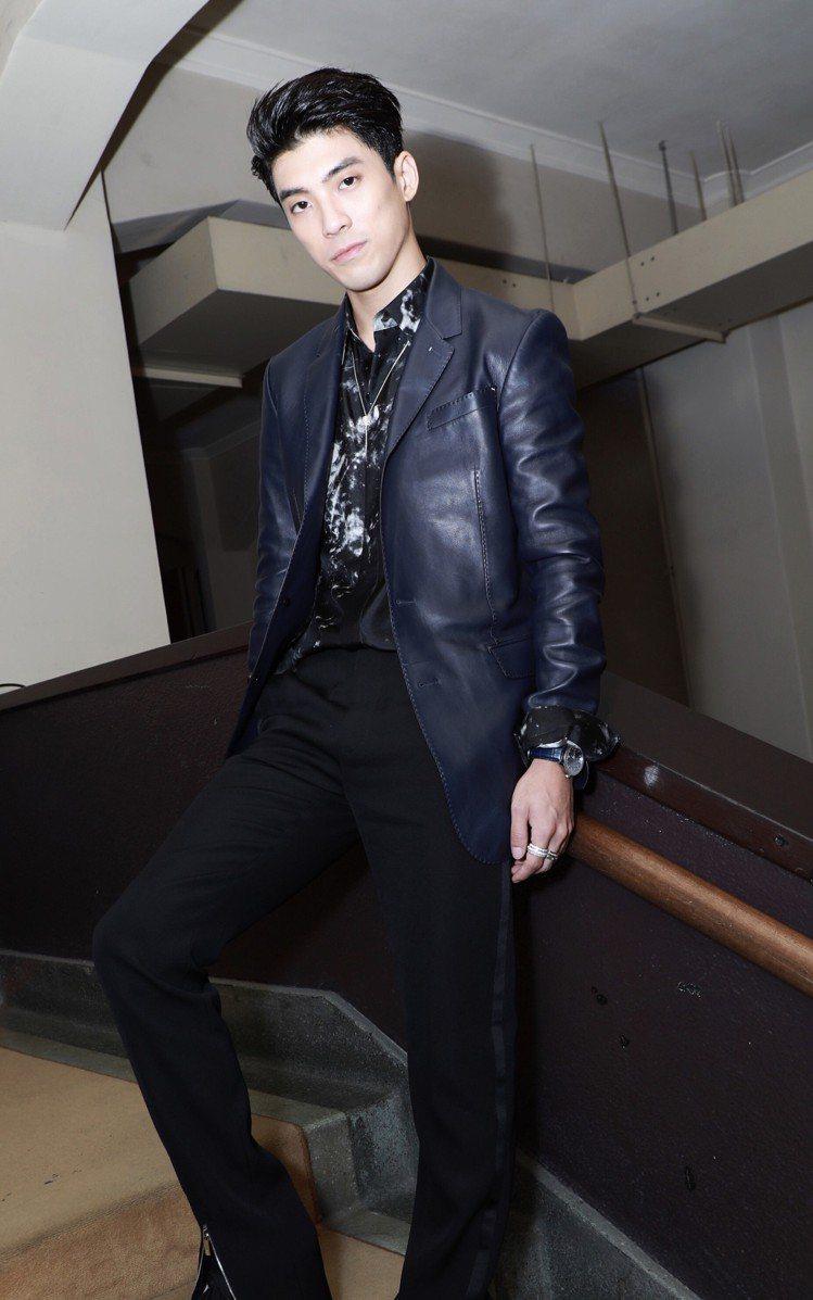 林哲熹穿著Berluti提供的冬季系列小羊皮灰藍色西裝外套,搭配大理石紋絲綢襯衫...
