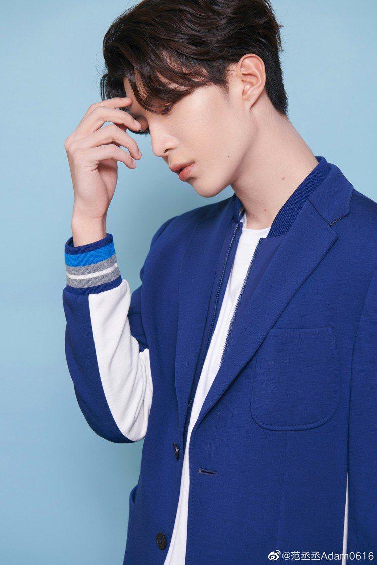 范丞丞挑選了Z ZEGNA春夏系列亮藍色的TECHMERINO™法式毛巾布西裝搭...