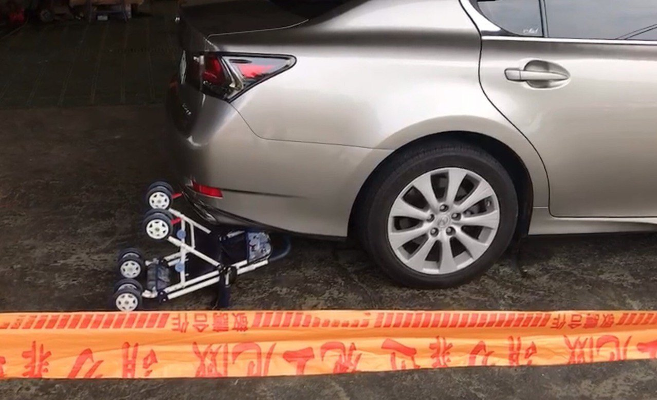 學步車卡進車輛右後車輪。記者林敬家/翻攝