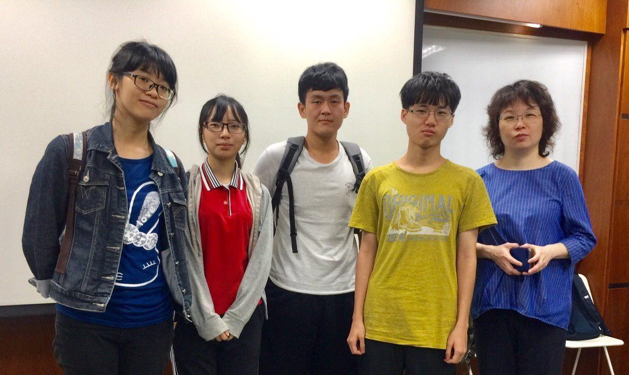 義大數媒系大三學生段思如(左二)受到業界專家邱文美(右一)指導,獲選日本動畫美術...