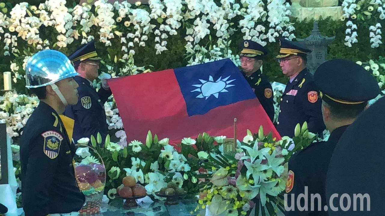 鐵路警察李承翰告別式今天舉行,靈柩覆上國旗。記者李承穎/攝影
