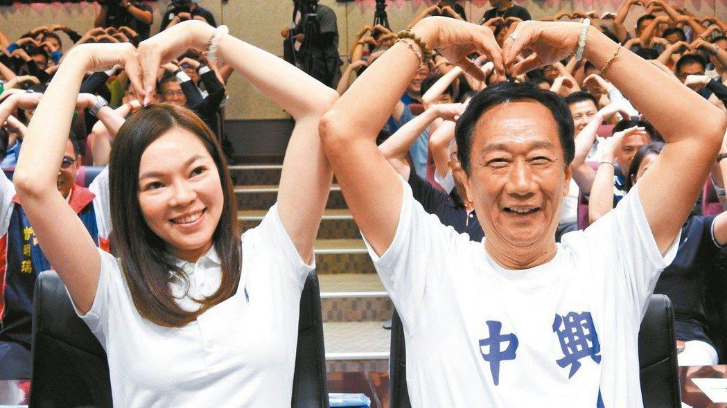 鴻海董事長郭台銘(右)的妻子曾馨瑩,日前陪郭跑初選行程。 報系資料照