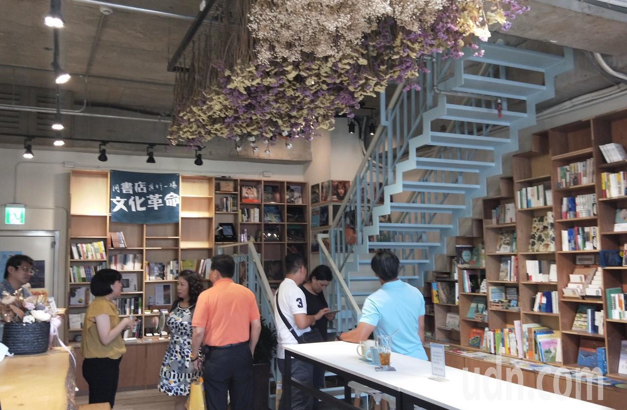 基隆東岸商場獨立書店「見書店」,不走傳統方式,多元化經營轉型求生存,走進店內感覺...