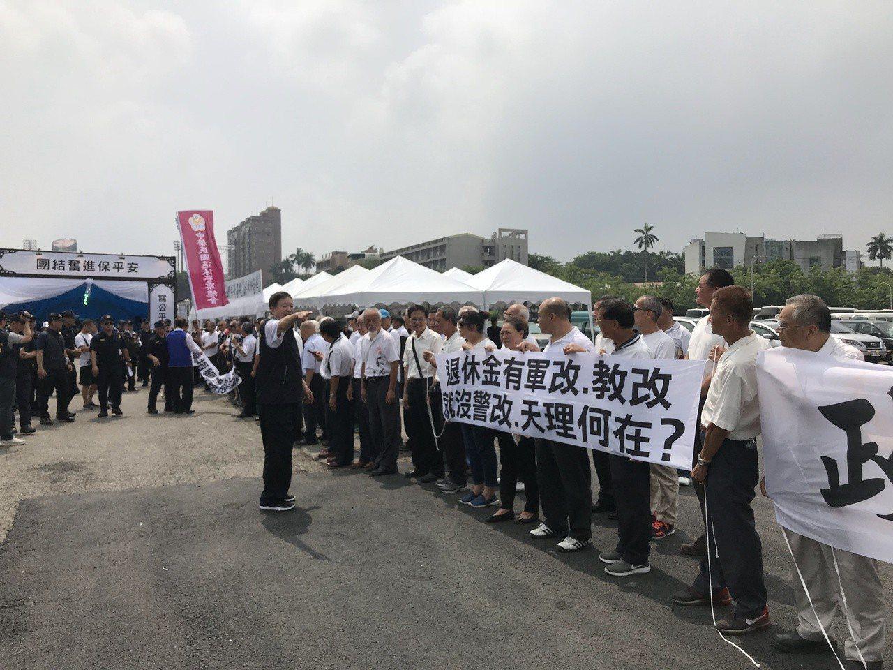 鐵警李承翰今天公祭,中華民國退警協會在場外拉布條陳情。記者姜宜菁/攝影
