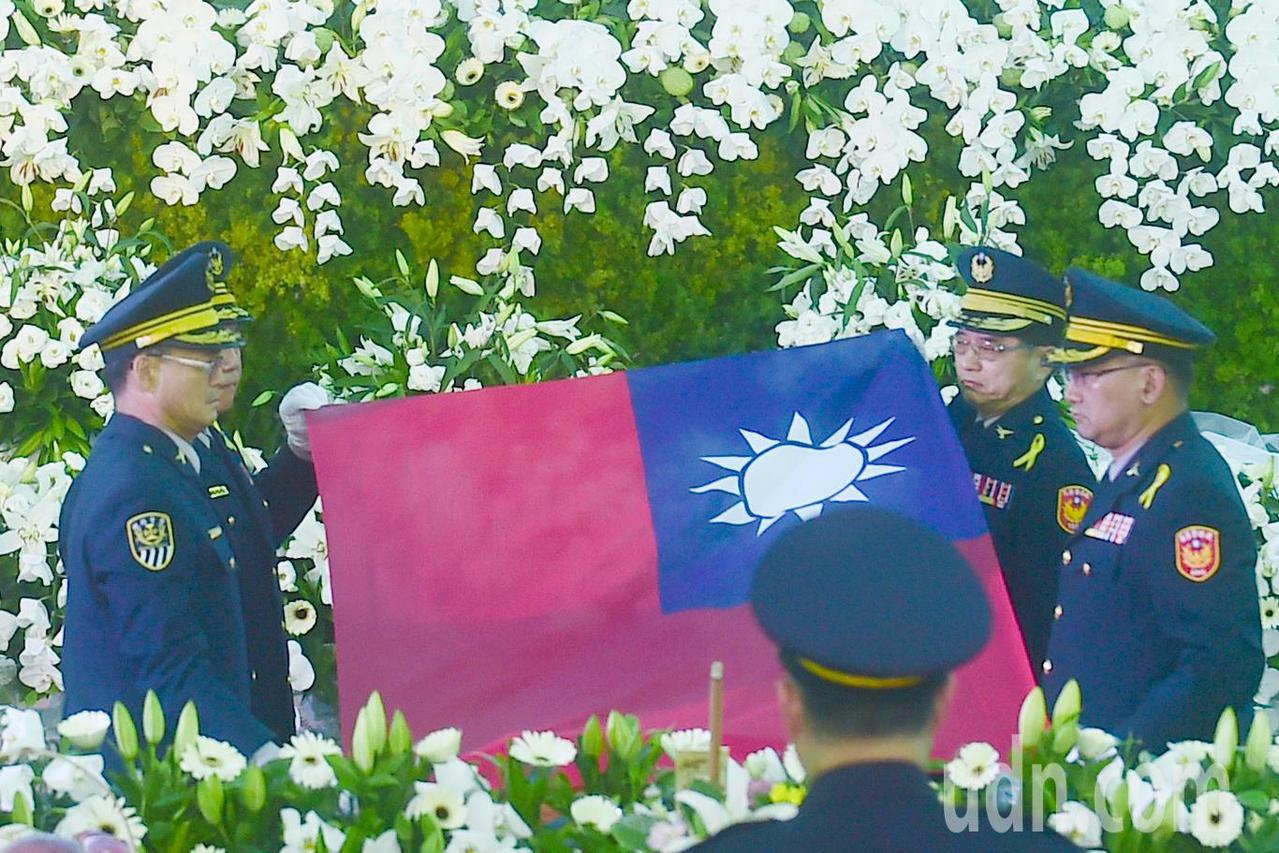 鐵路警察李承翰公祭,儀式上覆蓋中華民國國旗至靈柩。記者黃仲裕/攝影