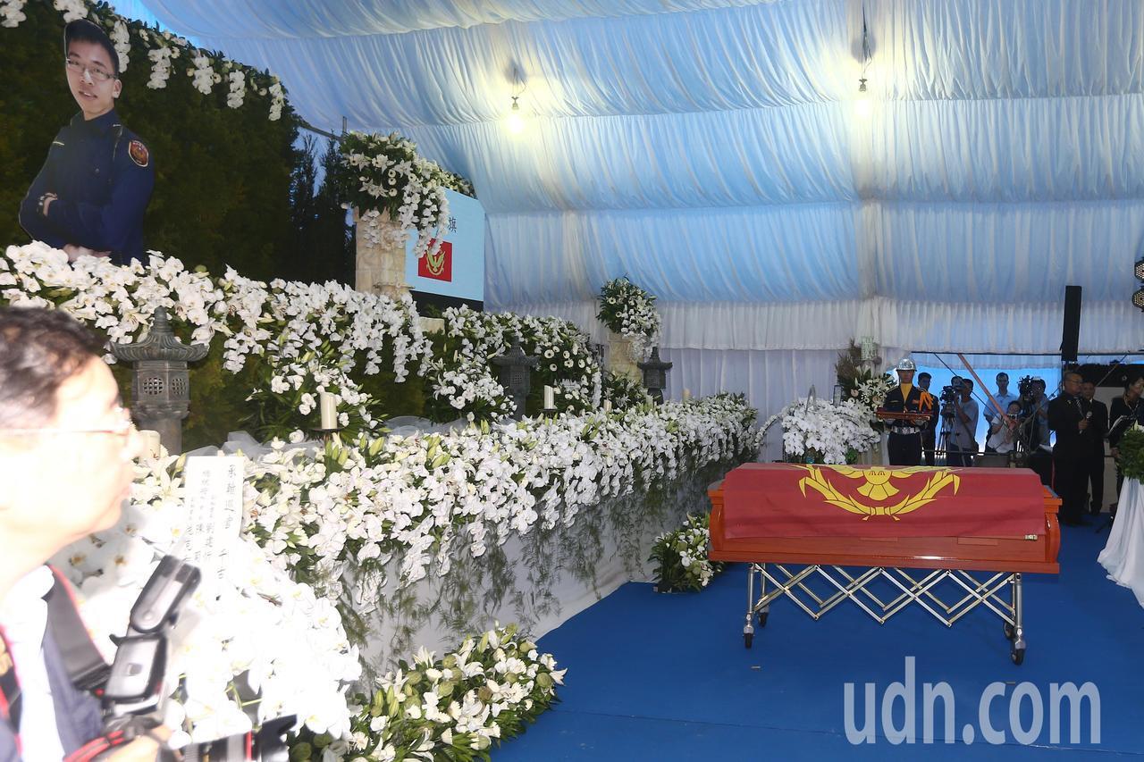 鐵路警察李承翰公祭,儀式上覆蓋錦旗至靈柩。記者黃仲裕/攝影