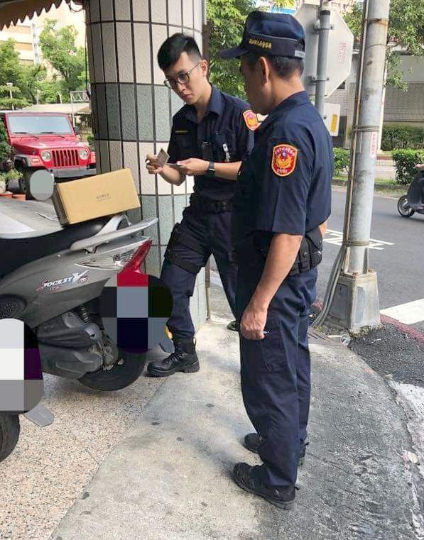 不明包裹放置他人機車上,警方到場處理。圖/翻攝自臉書爆怨公社