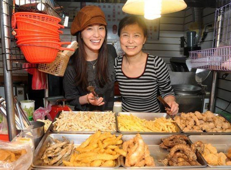湘瑩(左)失業那段期間,常跟著媽媽在淡水賣鹽酥雞。圖/取自湘瑩臉書