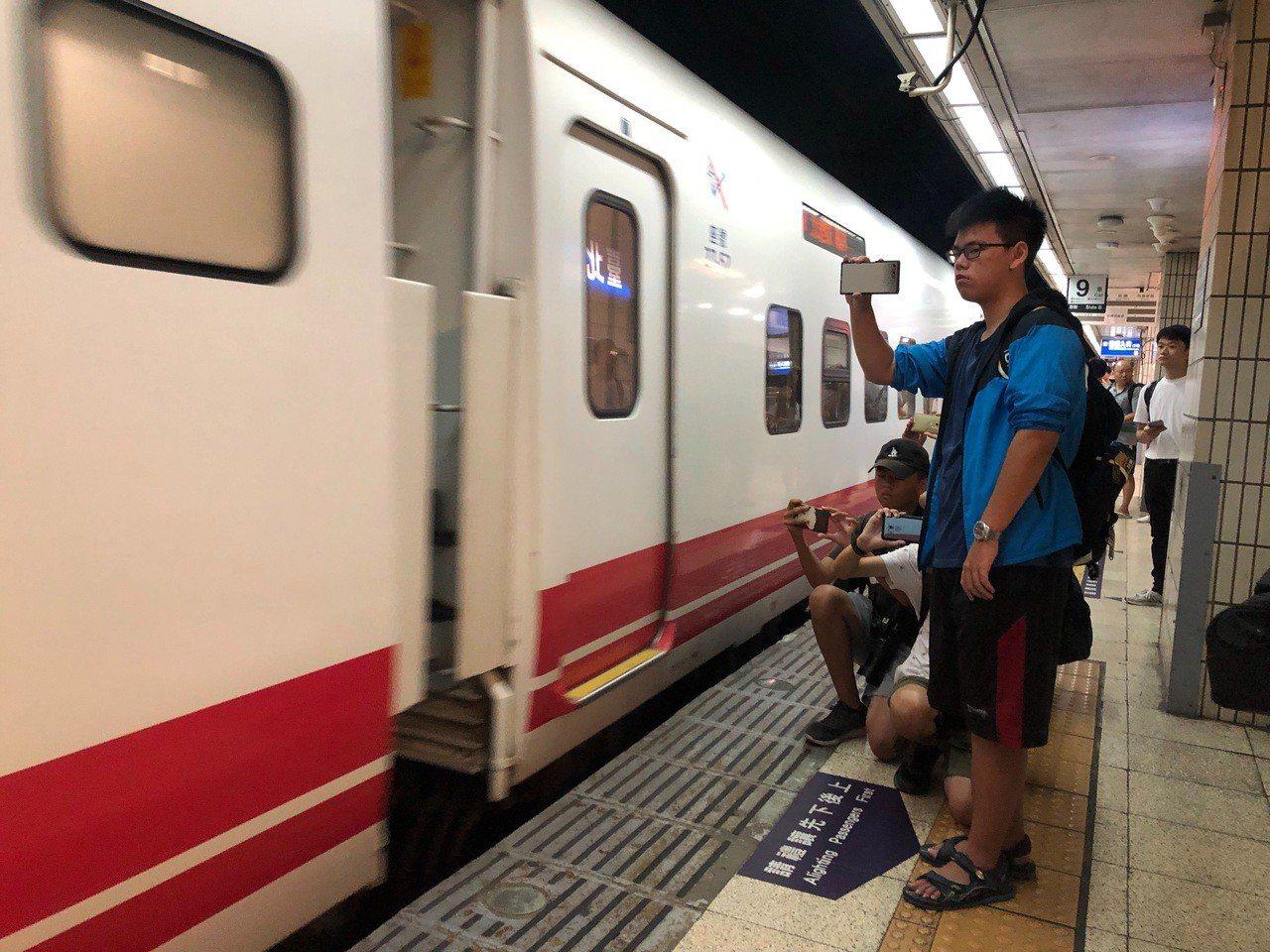 台北車站上午11時40分鳴笛悼念李承翰,民眾拿起相機記錄這一刻。記者曹悅華/攝影