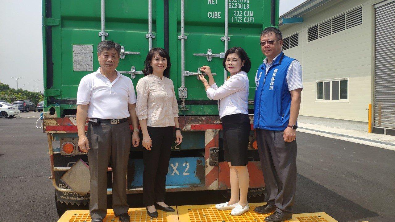 雲林縣長張麗善(右二)進行封櫃將出產的米食。記者李京昇/攝影