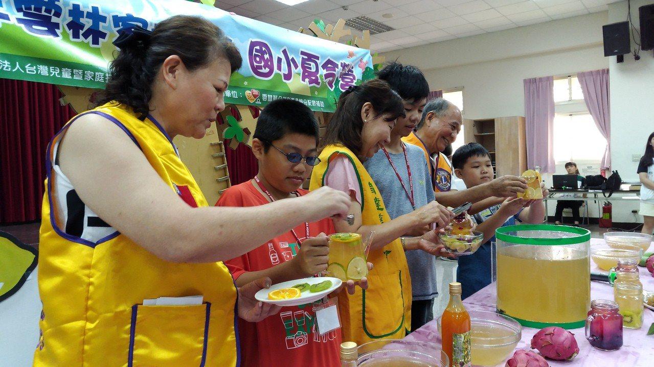育達慈善會、育達獅子會和雲林家扶中心共超清涼的夏令營,教小朋友如何洗愛玉,並調製...