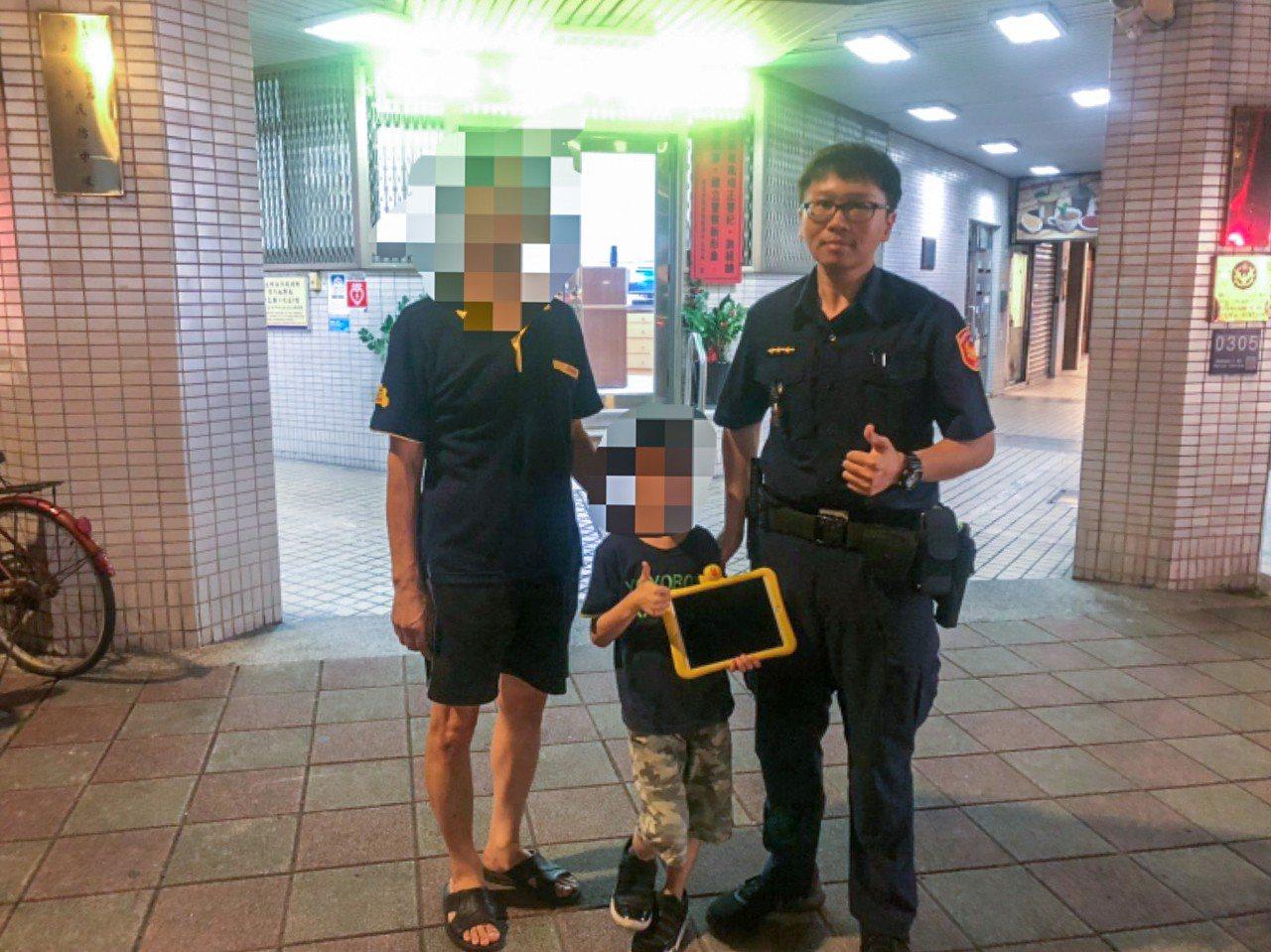 中山分局長安東路派出所警員吳俊融(右1)熱心幫民眾尋回遺失物。記者蔡翼謙/翻攝