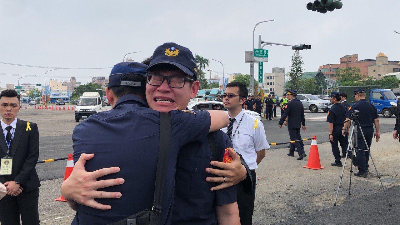 李承翰移靈時,他的同事淚送他上靈車,崩潰痛哭。記者李承穎/攝影