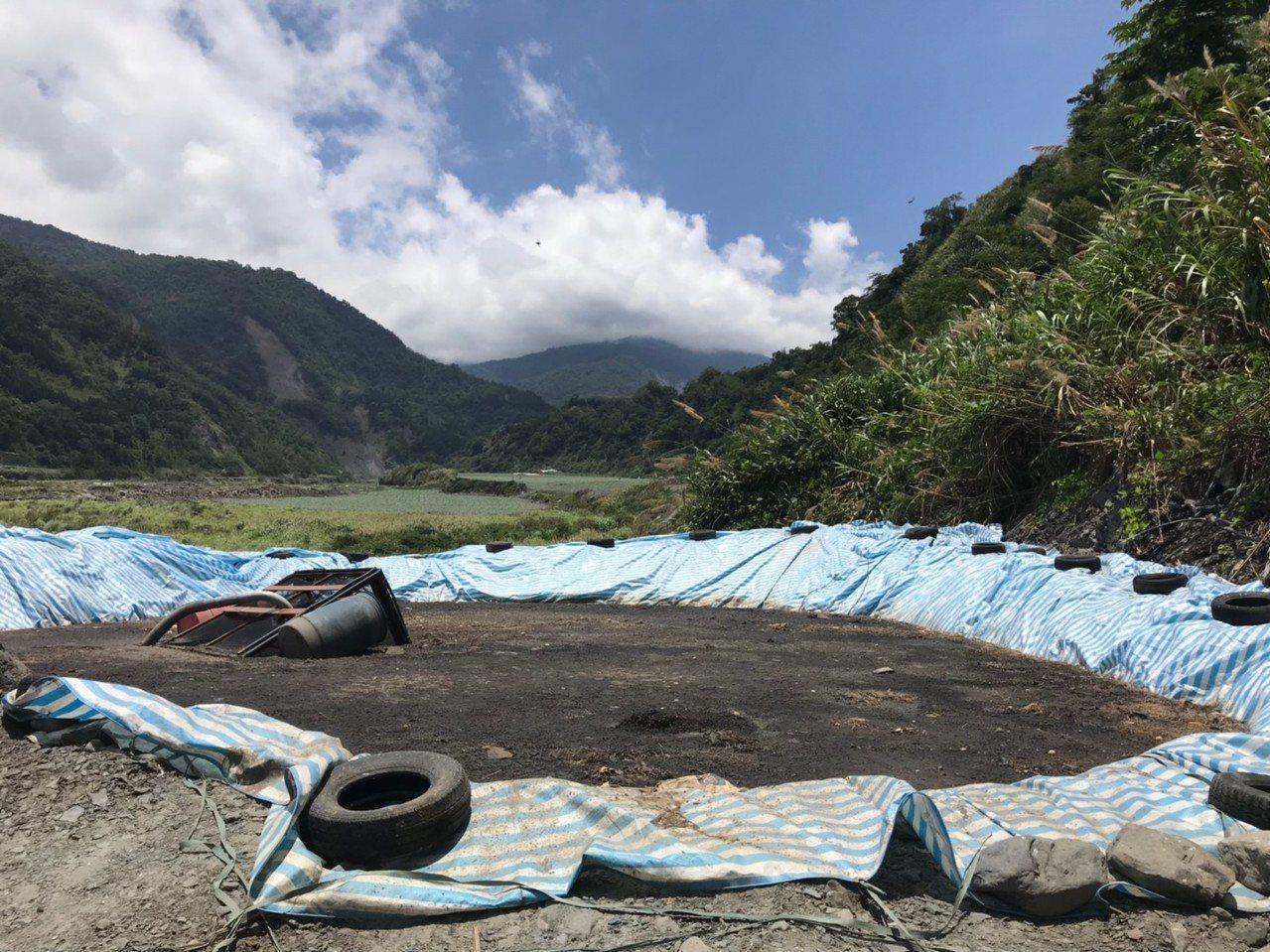 宜蘭縣環保局查獲半夜違法偷倒生雞糞在蘭陽溪上游河川地,依法送辦。圖/縣府提供