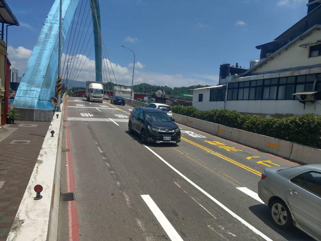汐止聯絡道橋往汐止市區方向改為2線道,對向仍維持1線道。圖/新北市交通局提供