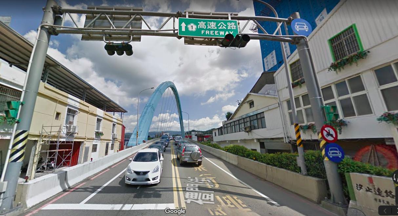 汐止聯絡道橋原為各1線道,往汐止市區方向到尖峰時刻常造成回堵。圖/翻攝自Goog...