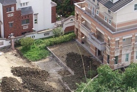 古坑鄉公所初步會勘目測認為主建物的後側、迴廊有增建問題。圖/民眾提供