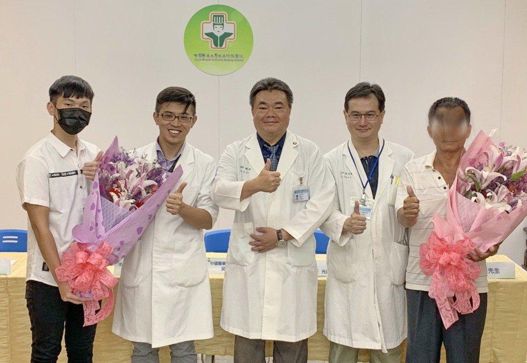 阿傑和阿江感謝醫師讓他們恢復正常生活。記者蔡維斌/攝影