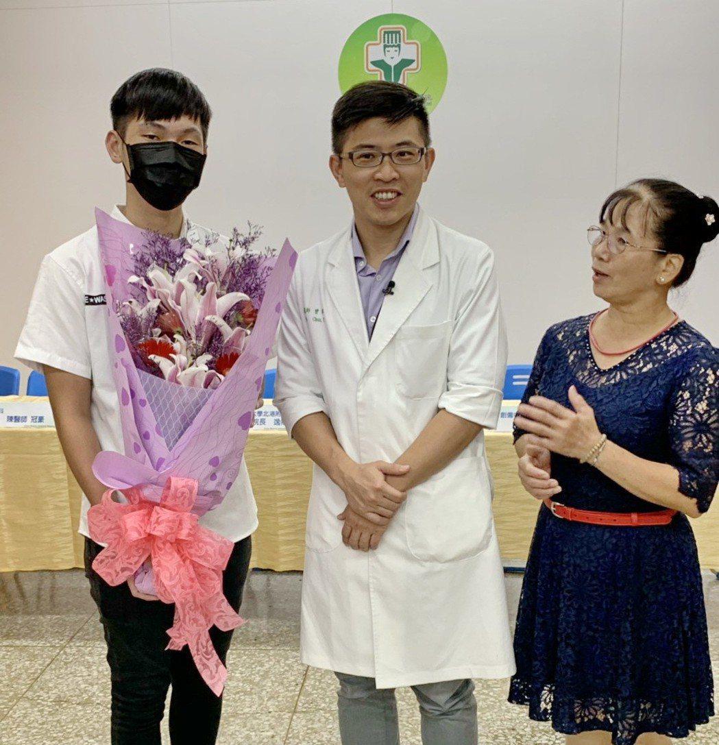 阿傑與媽媽感謝曾醫師,讓他恢復正常動能且順利參加大學統測。記者蔡維斌/攝影