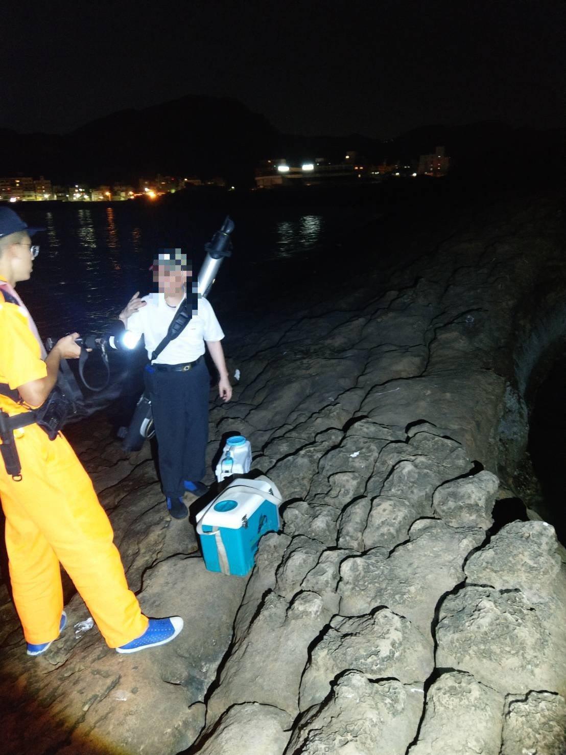 安檢所人員發現園區門禁內有一名釣客闖入違規垂釣,立即蒐證調查。記者游明煌/翻攝