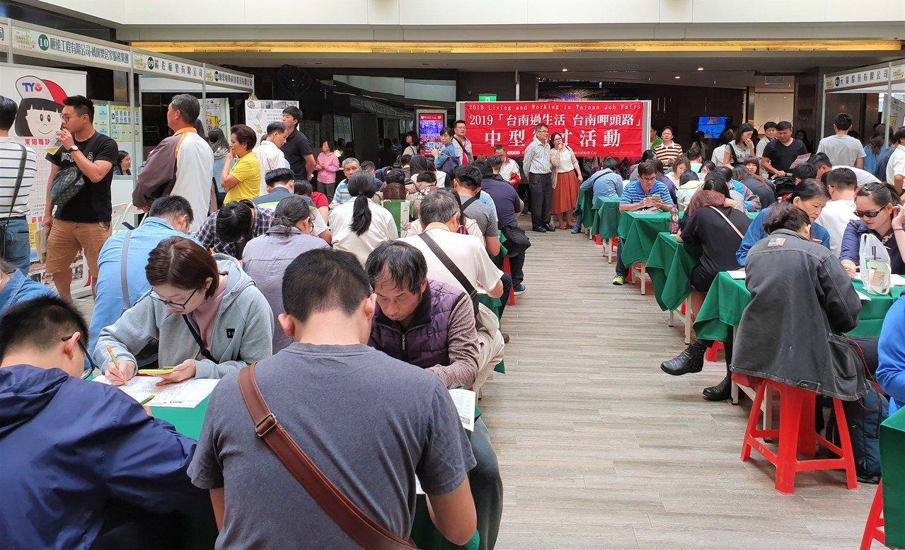 暑假求職旺季,應徵者提防詐騙,雇主也要避免就業岐視。圖/台南市勞工局提供