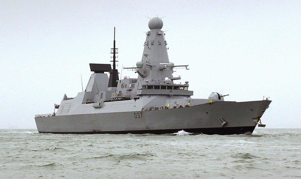一艘伊朗炸彈船近日在紅海地區被發現後,英國鄧肯號驅逐艦(HMS Duncan)保...