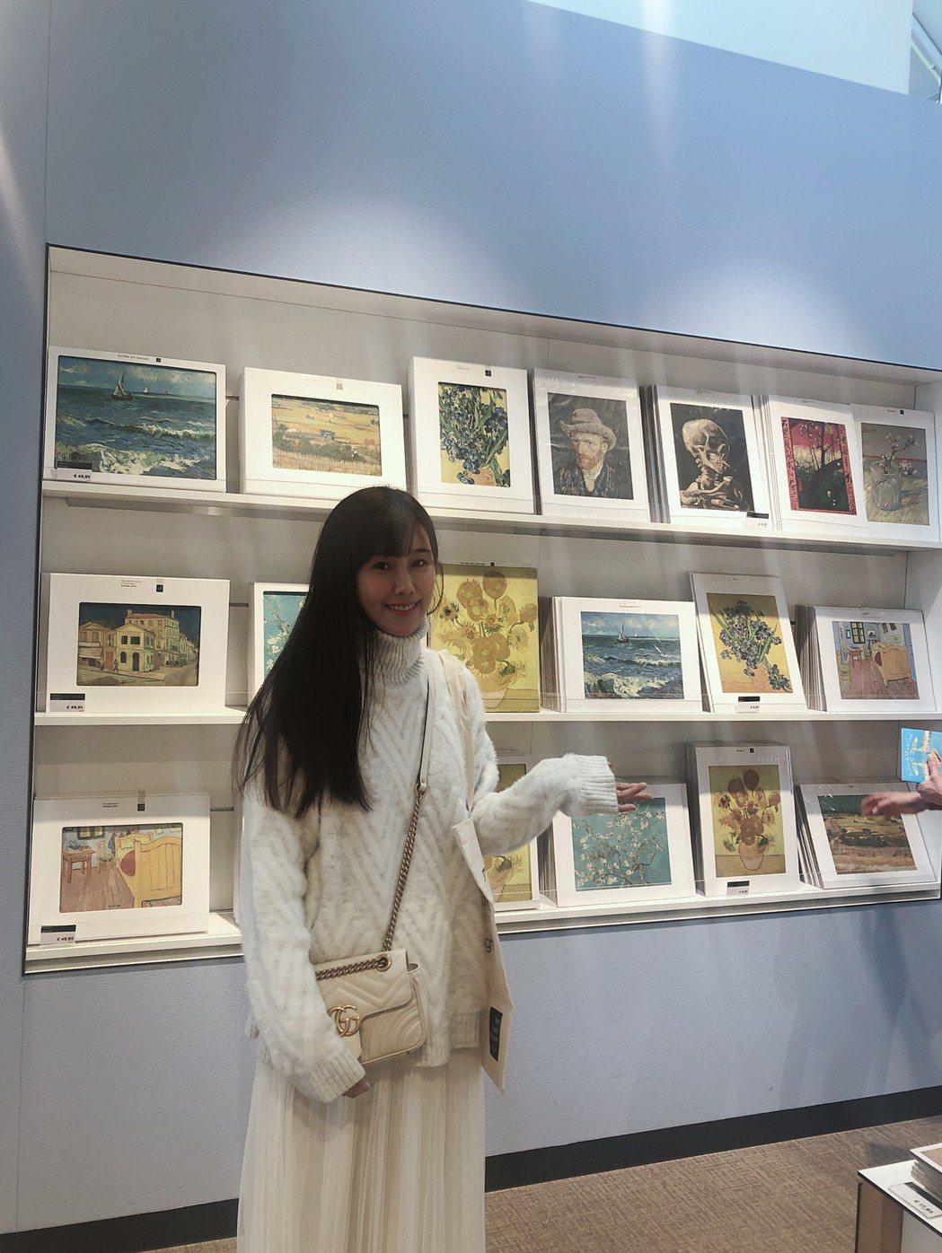 黃心娣朝聖梵谷的畫作。圖/周子娛樂提供