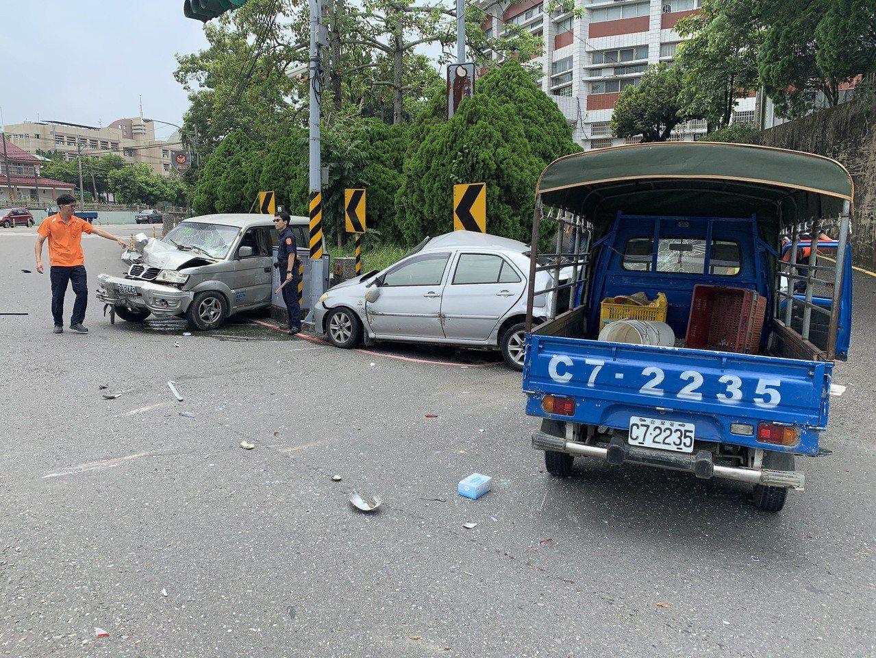 玉井發生連環車禍,小客車駕駛未繫妥安全帶,不幸喪命。記者陳俞安/翻攝